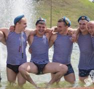 Фотофакты: День ВДВ в Гродно — одни купались в фонтанах, другие отмечали праздник в небе